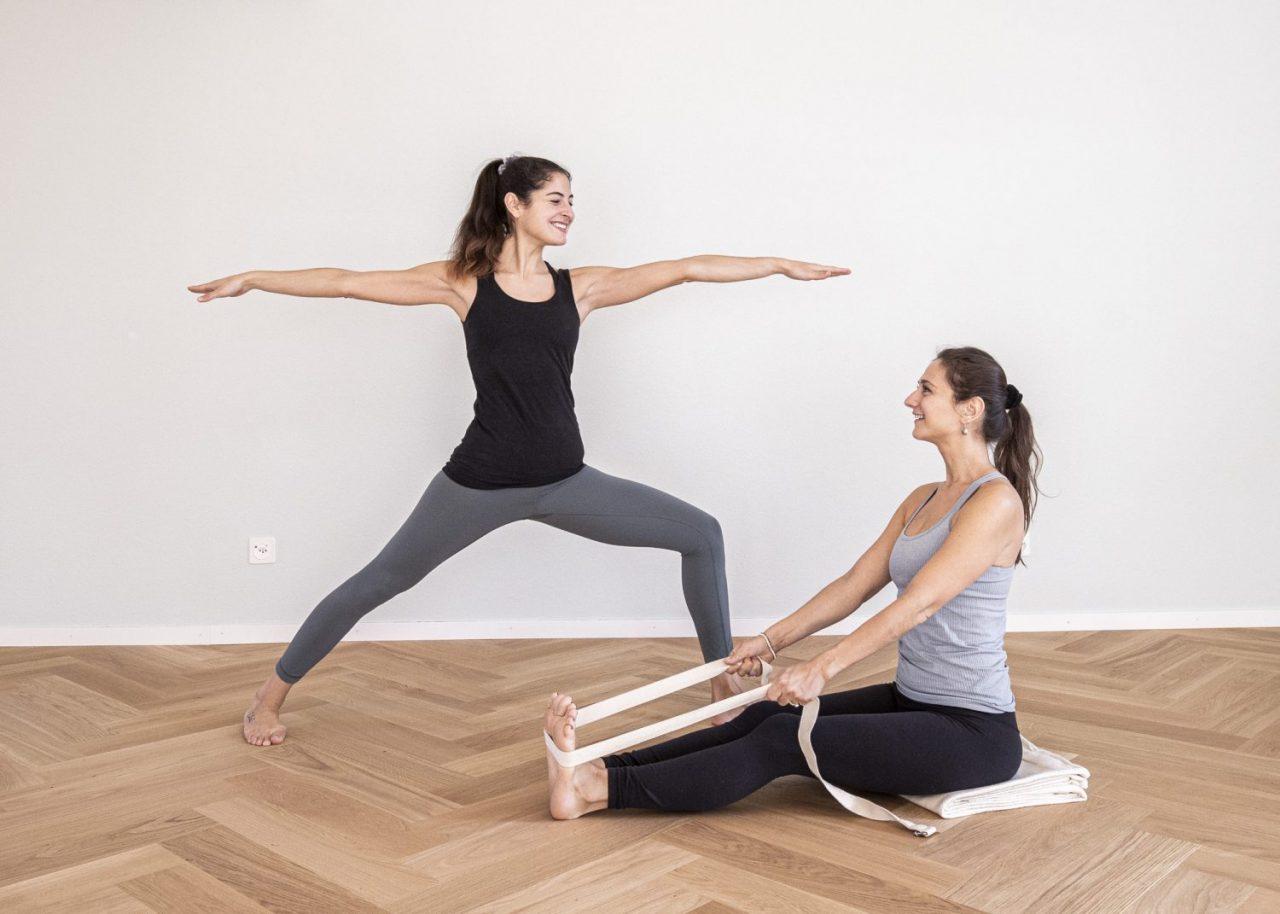 Kim und Anna im Krieger 2 und Paschimottanasana für den Yoga Anfänger Workshop
