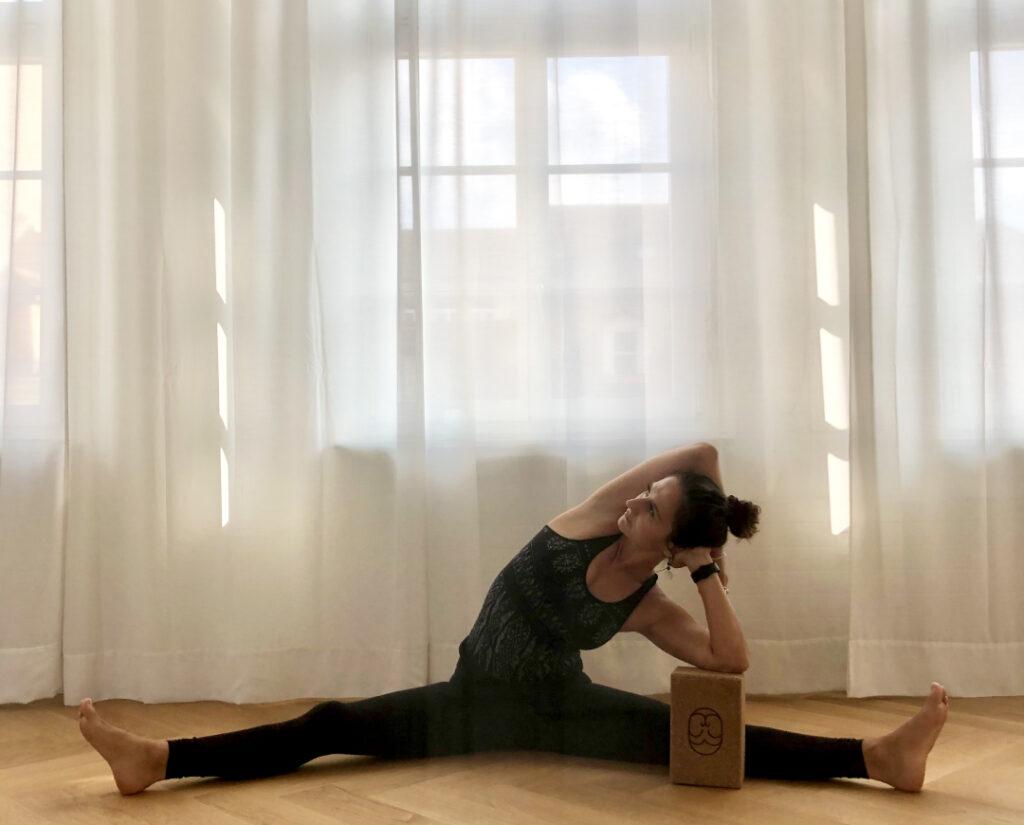Yogalehrerin in Yin Pose